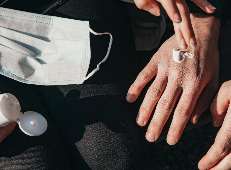 一回塗るだけで手に薄い膜を作り菌を寄せ付けない抗菌ハンドマスキングクリーム